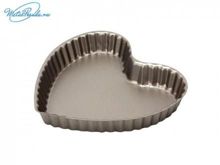 Форма для выпечки в виде сердца с антипригарным покрытием.